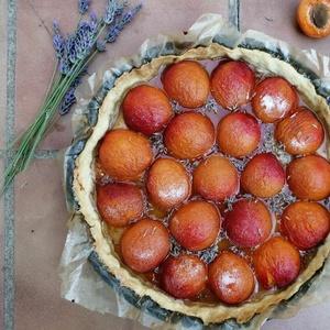 Tarte aux abricots et à la lavande